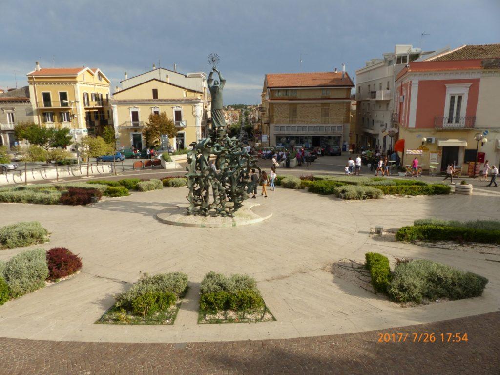 San Giovanni Rotondo Piazza Padre Pio statua