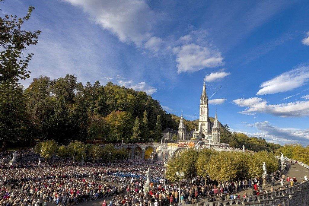 Sanctuaire Esplanade de jour Lourdes
